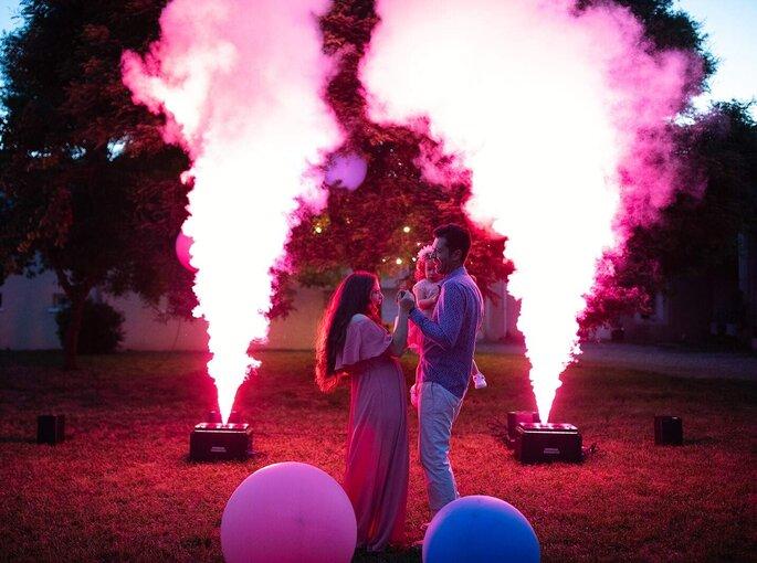 Animation de mariage avec un spectacle pyrotechnique dans un jardin et des illuminations roses