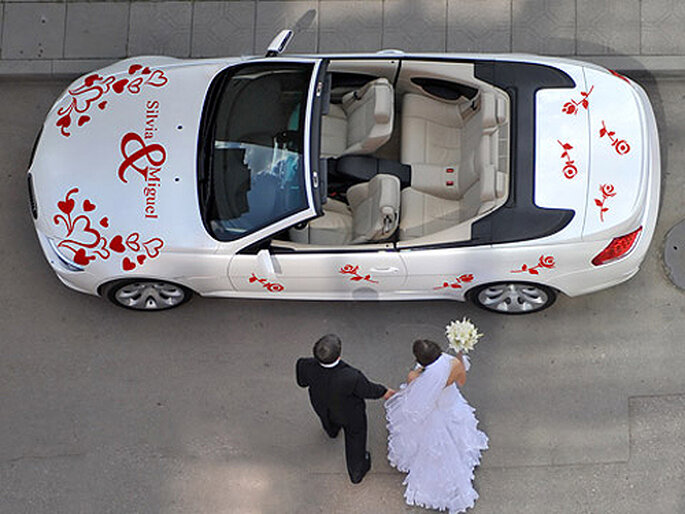 Vinilo para decorar el coche de los novios. Foto: Concha Molina