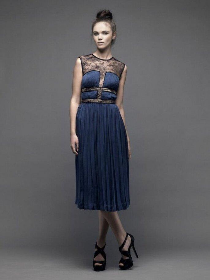 Vestido de fiesta corto en color azul marino con detalles de encaje en la parte superior - Foto Catherine Deane