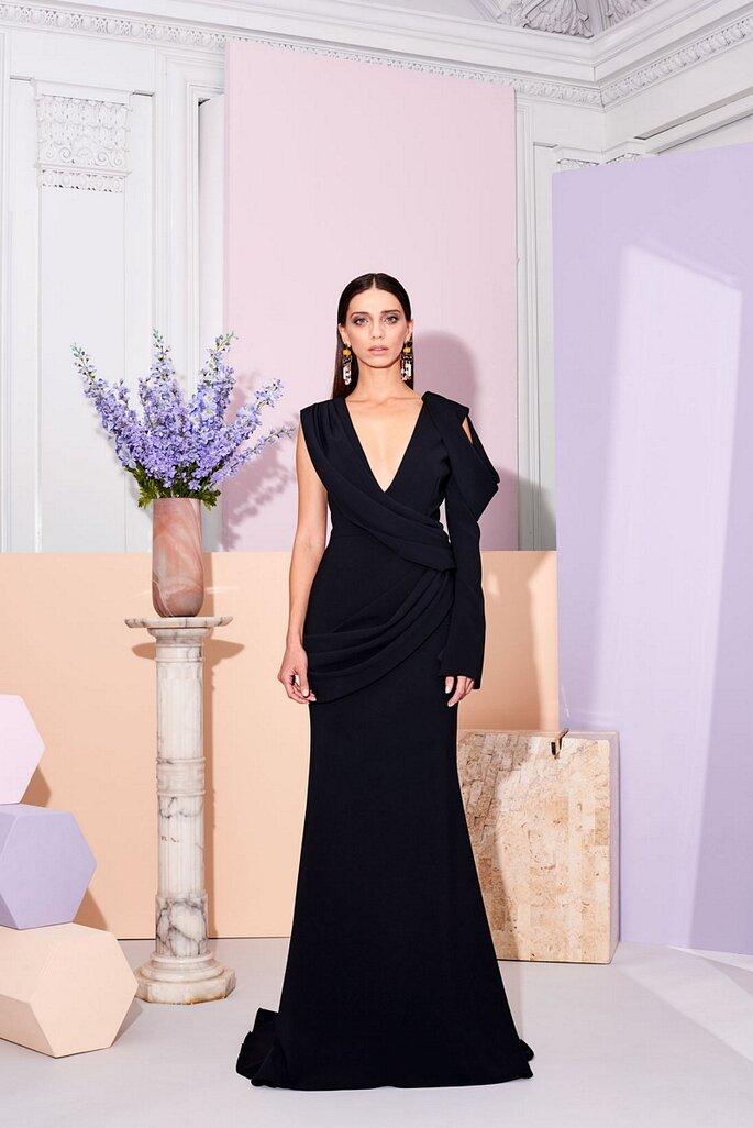 Vestido de novia negro con manga asimétrica y escote en V