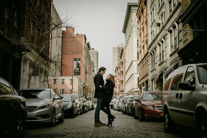 Pareja de recién casados en una calle de Nueva York