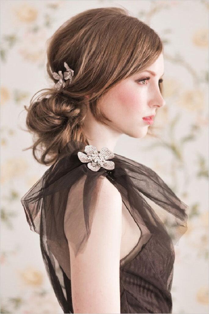 Une mariée avec une coiffure rétro-chic - un chignon et une frange contemporains