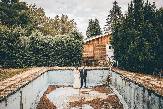 novios en piscina vacia