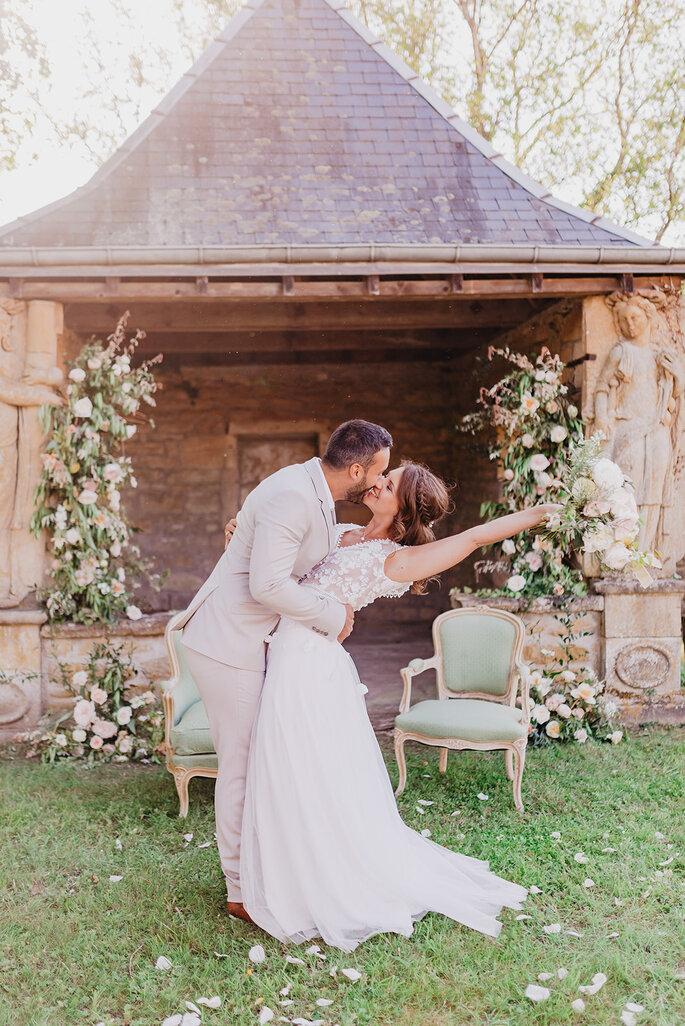Des mariés enlacés devant la mise en scène romantique de leur cérémonie laïque