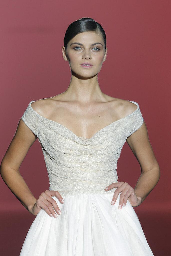 Vestidos de novia 2015 con hombros caídos - Foto Hannibal Laguna