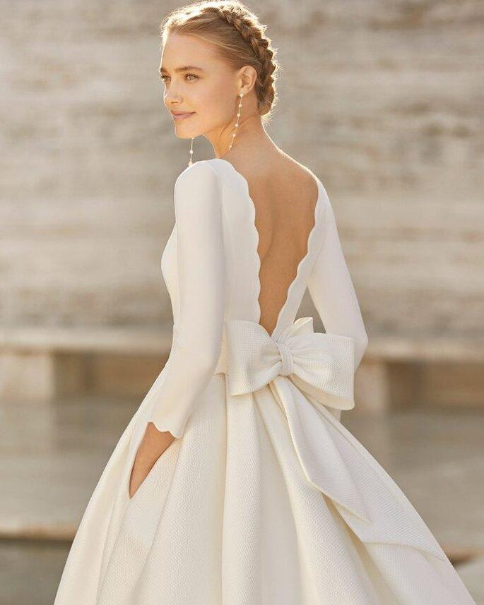 Rosa Clará Vestidos de novia sencillos vestido corte princesa y falda con gran volumen, con pliegues y manga francesa, escote barco, espalda abierta en V, con un gran lazo.