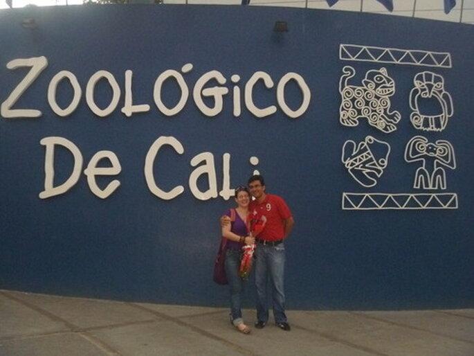 Lina y Carlos en la entrada del zoológico de Cali