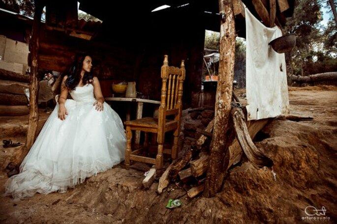 Novia posando en una casa en el bosque - Foto: Arturo Ayala
