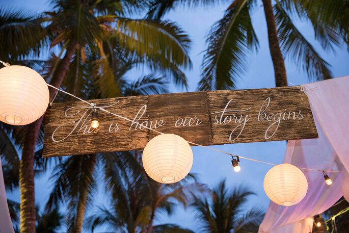 Cilindros luminosos para decoración de boda en la playa