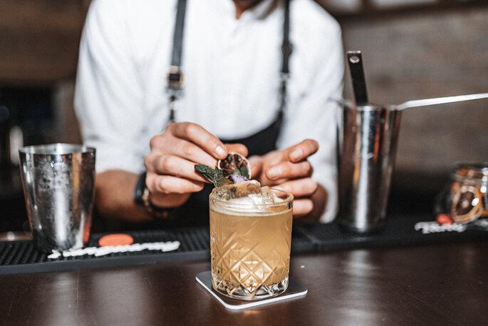 Intime Hochzeit, Eleganz trifft auf rustikalen Flair Drinks Barkeeper Cocktail