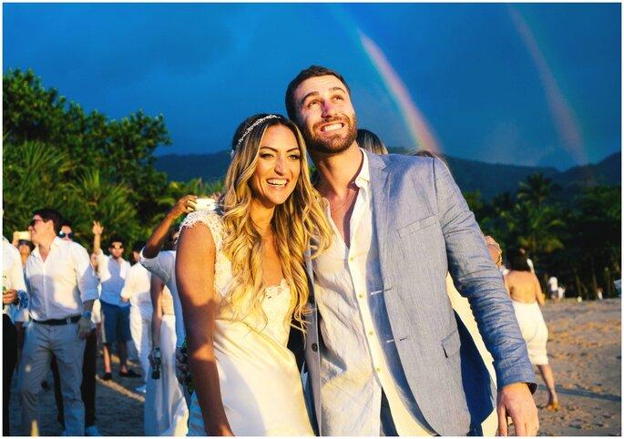 noivos em foto com arco íris