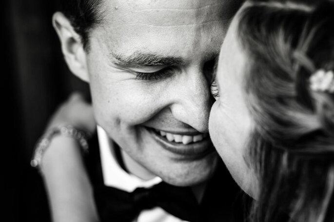 Hochzeitspaar verliebt anschauend