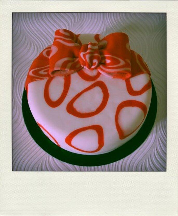 Pastel con un moño de caramelo. Foto de Tea Bakes