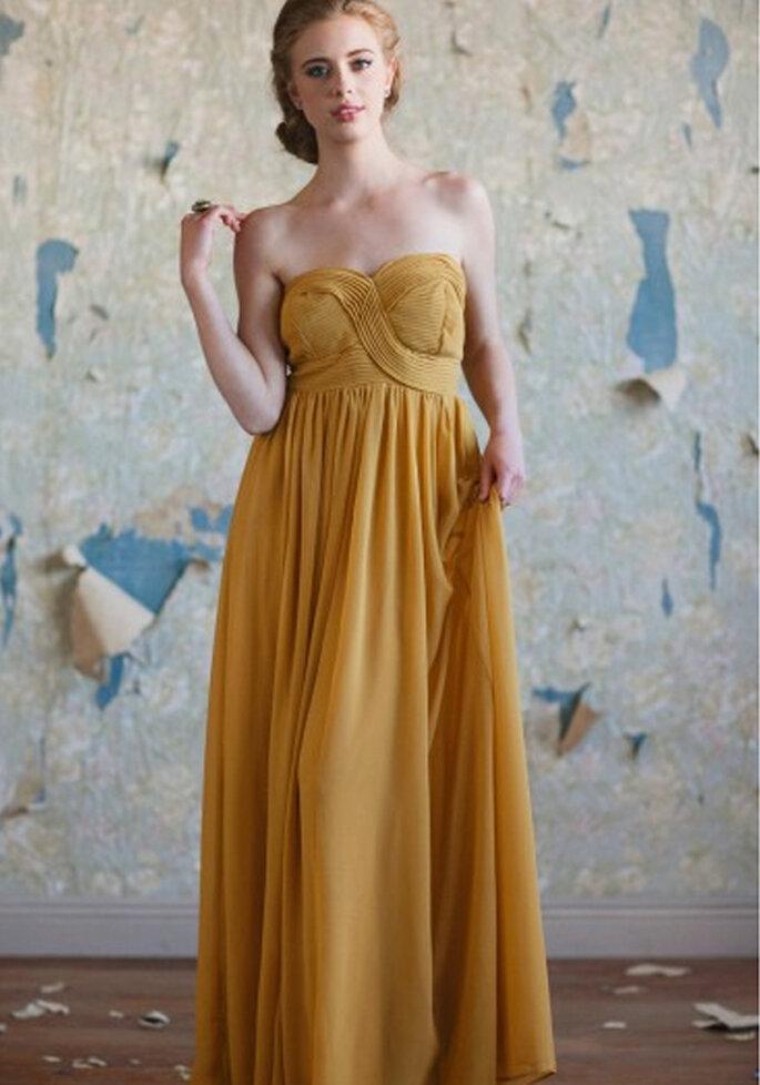 Vestido largo straplees en color mostaza - Foto: Ruche