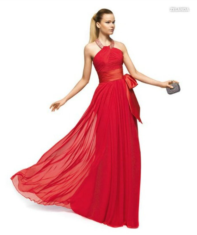 Abito in chiffon con girocollo gioiello e fascia alta in vita. Rigorosamente all red. Pronovias Fiesta 2013. Foto www.pronovias.com
