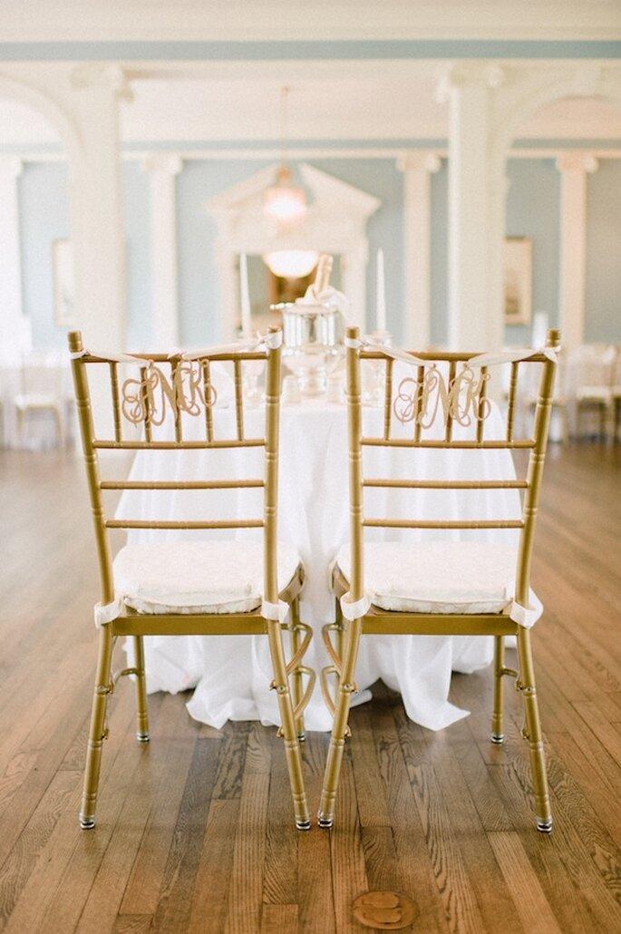 Decoración en tendencia para las sillas en tu boda - Foto Pasha Belman