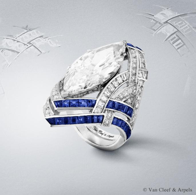Anillo de compromiso de corte alargado con diamantes y zafiros superpuestos - Foto Van Cleef & Arpels