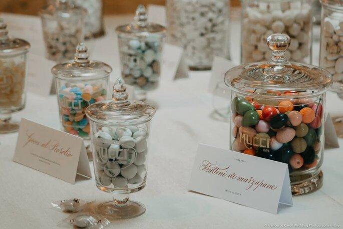 In primo piano i confetti 'griffati' Zankyou by Mucci con le creazioni tipografiche di Beautiful Letters
