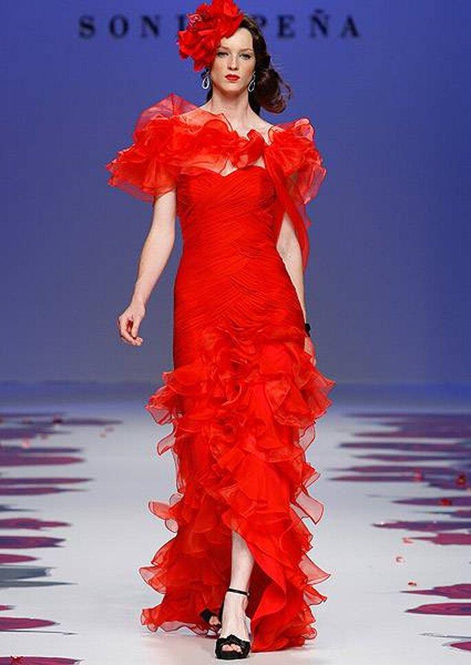 Vestido de fiesta rojo con faralaes de Sonia Peña