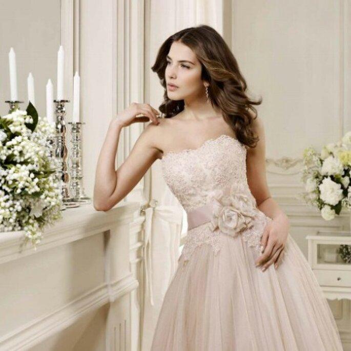 Il color cipria è ancora uno dei colori più di tendenza negli abiti da sposa. E mixato al pizzo è il top! Nicole Spose Preview 2014. Foto: www.nicolespose.it