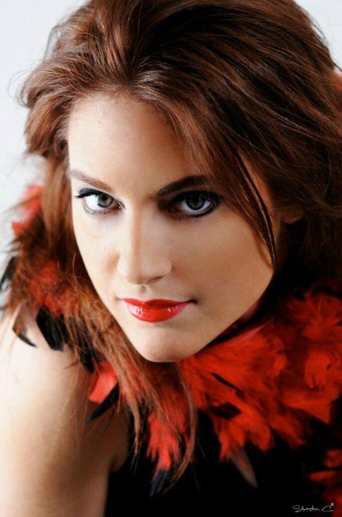 Maquillage pour invitées à un mariage habillées en rouge - Photo : Sebastien-C