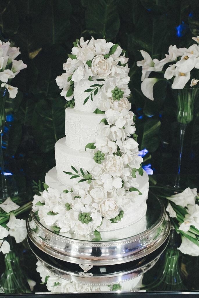Bolo com flores brancas