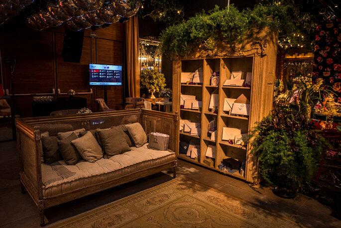 Lounge inspiração para casamento com sofá e plantas e flores