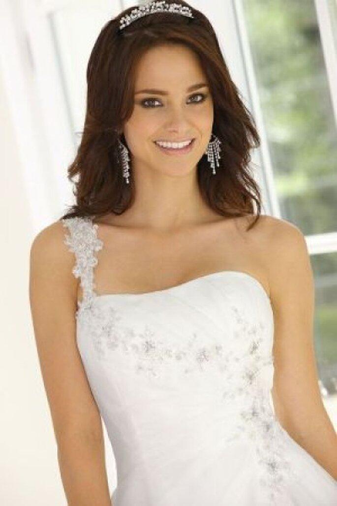 Das besondere Hochzeitskleid für strahlende Bräute aus der Ladybird-Kollektion 2012 - Photo © www.arnoldhenri.com
