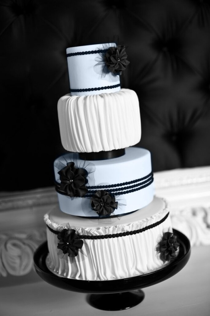 Dessert de mariage noir et blanc avec quelques touches de dentelle. Photo: Style Me Pretty