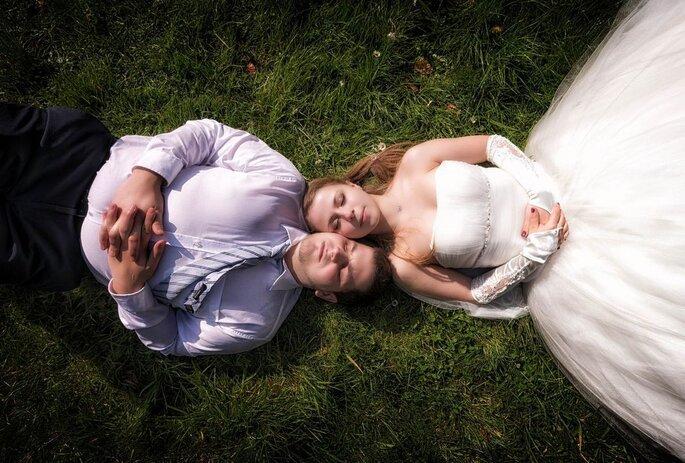 Deux mariés sont allongés dans l'herbe paisiblement