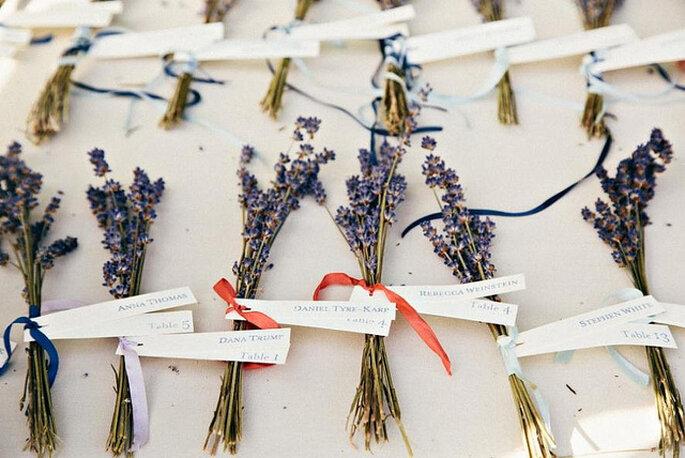Marcadores de sitio para las mesas, elaborados con cintas de papel y flores naturales. Foto: Sweet Little Photographers