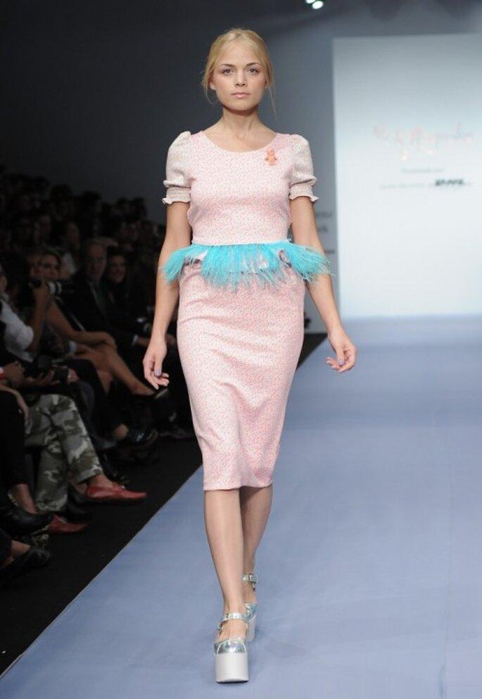 Vestido de fiesta en color rosa pastel con detalle peplum en color azul - Foto Mercedes Benz Fashion Week México