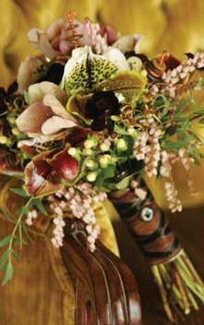 Orchideee, rose ed elementi naturali con nastro color cioccolato e corda, con bottone vintage