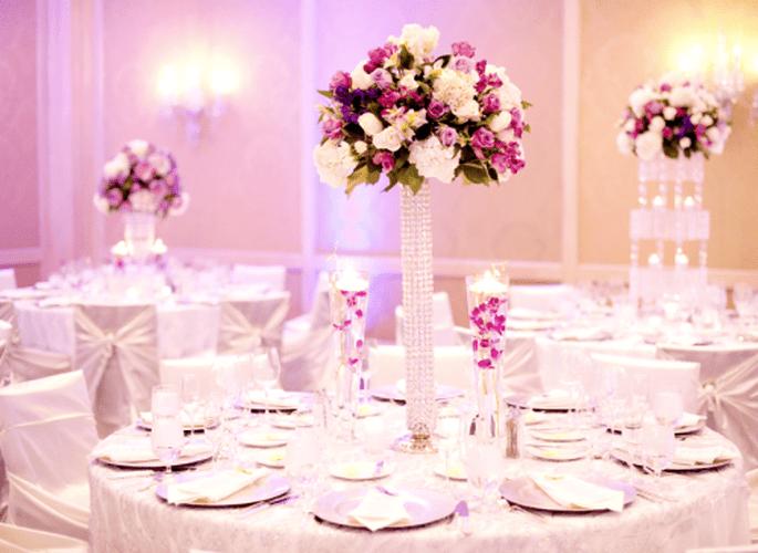 Den Höhepunkt erreicht das Farbmotto am Hochzeitstisch bzw. im Festsaal – Foto: Jen Lynne