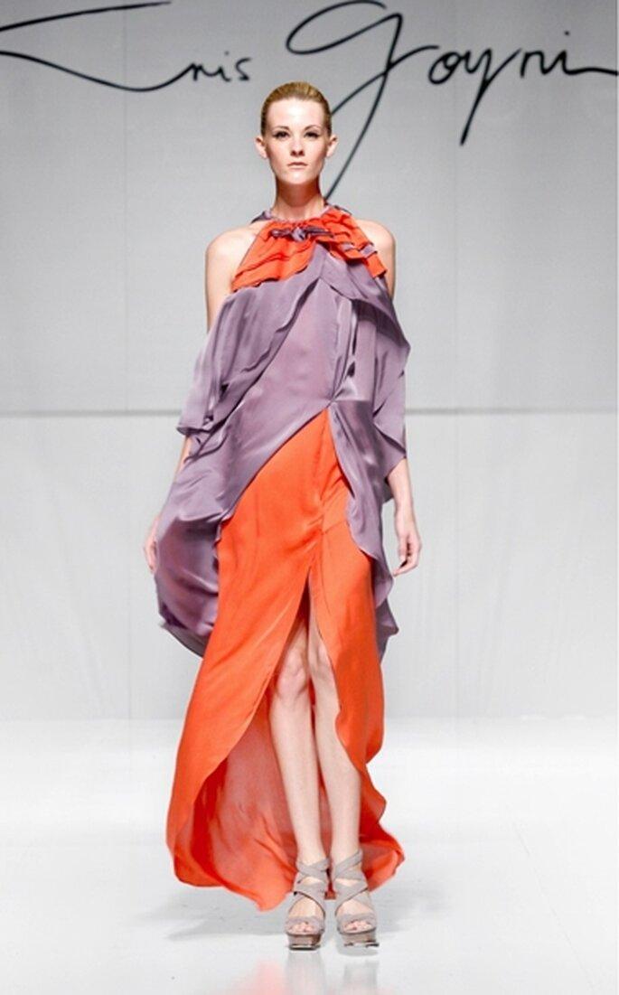Vestido de fiesta largo tipo halter con diseño en pétalos bicolor rojo y uva en gasa satinada de seda
