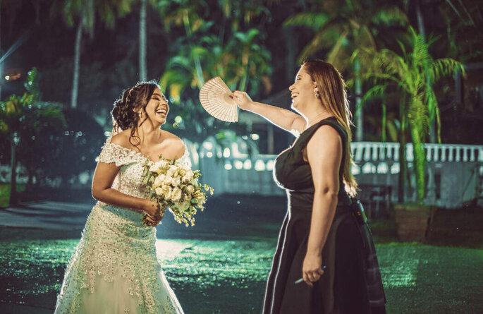 Carol dá um refresco para a noiva durante a sessão de fotos
