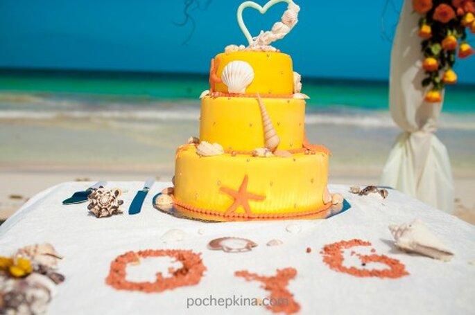 Detalles en color naranja en el pastel de tu boda - Foto Pochepkina