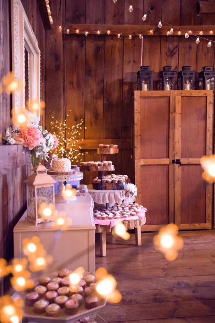 Des gâteaux disposés sur une table pour un mariage style champêtre - bohème - guirlandes guinguettes