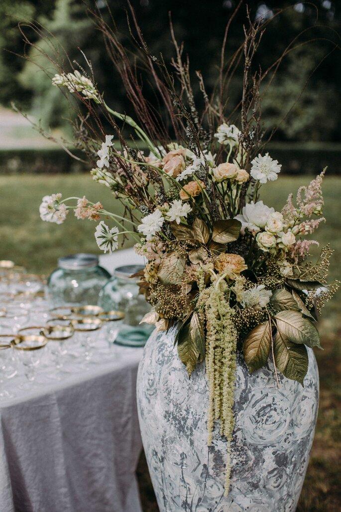 gausfotografie.de: Die Blumendekoration bei der Hochzeit im Herrenhaus ist einzigartig.