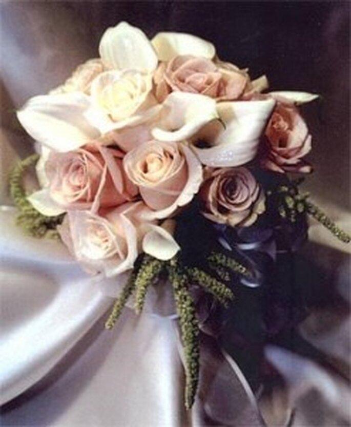Un bouquet misto di calle e rose