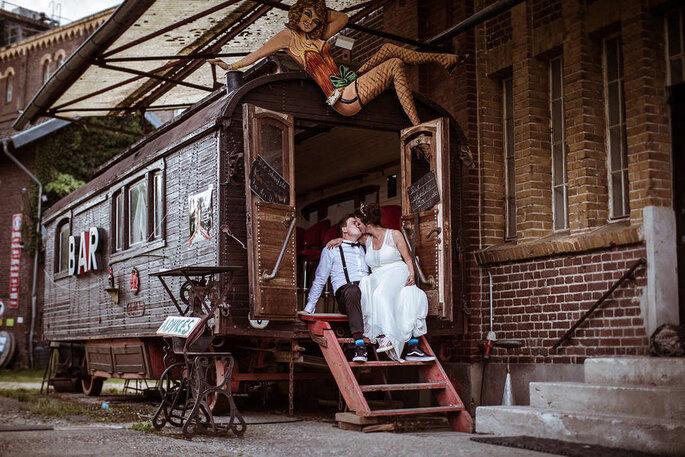Eine kleien Hochzeit feiern, Brautpaar vor Wohnwagen