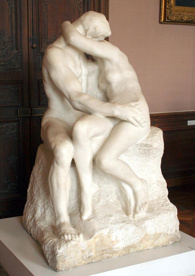 """a estátua """"O Beijo"""", de Rodin, exposta no o Museu Ny Carlsberg Glyptotek, em Copenhaga."""