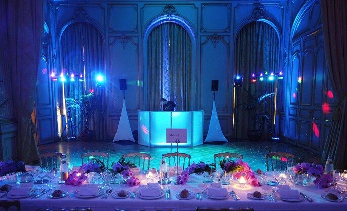 La salle de réception et ses tables, prête à se convertir en une piste de danse pour la suite de la soirée