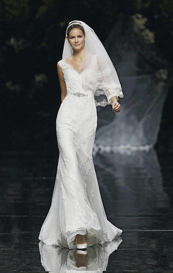 Robe de mariée en dentelle marquée à la taille et décolleté en V. Photo: Pronovias