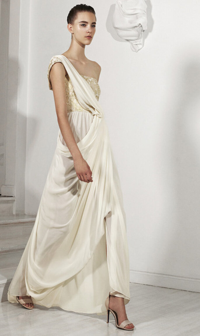 Vestido de novia largo con estilo griego y detalle metálico en la parte superior