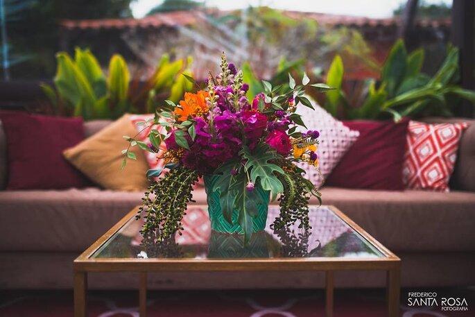 lindo centro de mesa com flores exuberantes