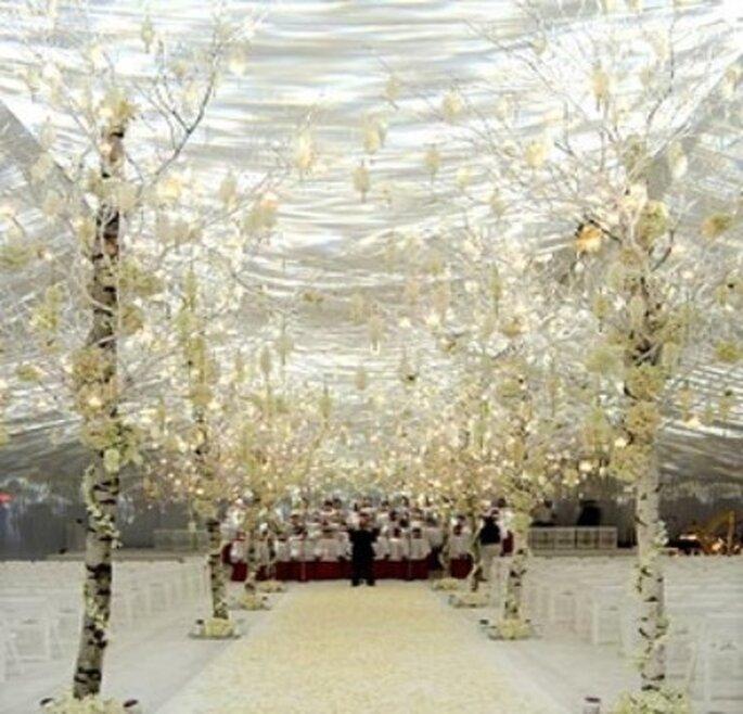 Ceremonia oficiada bajo carpa en tonos plateados con luz blanca y amarilla