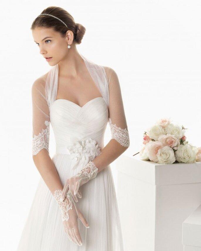 Chaqueta de tul para novia con mangas tres cuartos y encaje - Foto Rosa Clará