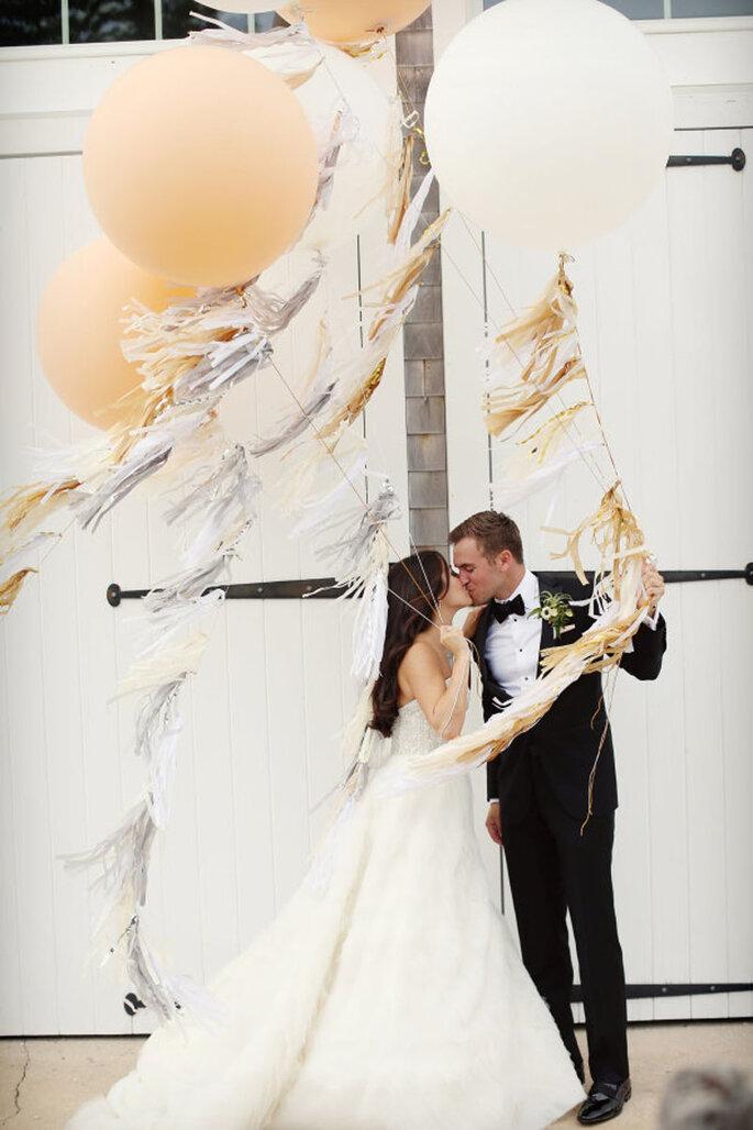Decoración de bodas con bombas como accesorio de los novios