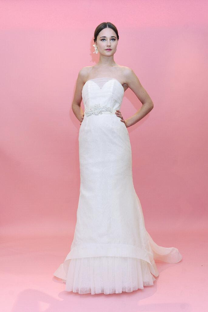 Abito con scollatura a cuore, pizzo e un velo impalpabile a ricoprire il tutto. Super romantico questo abito! Badgley Mischka Spring Collection 2013